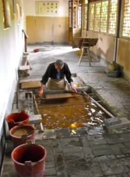 Diverse China Tour 151013 - Cailun temple, papermaker