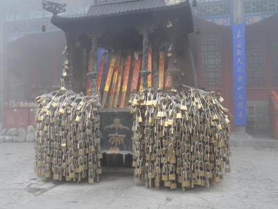 In ancient times, the first thing foran emperor to do on ascending to the throne was to climb Mount Taishan and pray to heaven and earth and their ancestors. It is said that 72 emperors of different dynasties made pilgrimages here.
